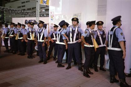 警官が並ぶ