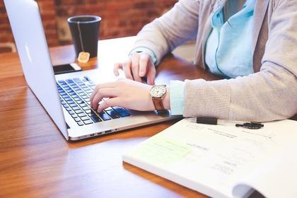 パソコンでログインする女性