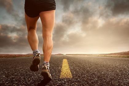 辛さに耐えて走る男性
