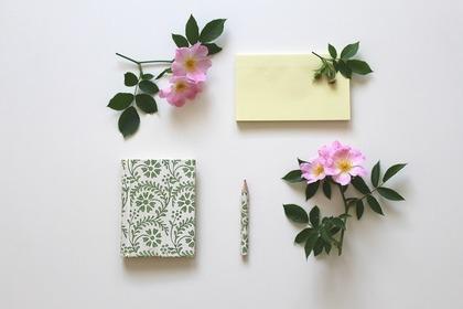 筆記具を花