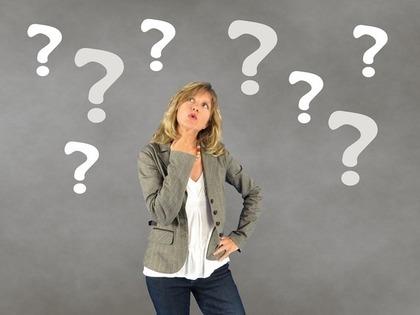 疑問点を考える女性