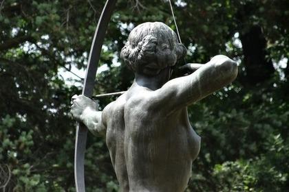 弓を引く人の銅像