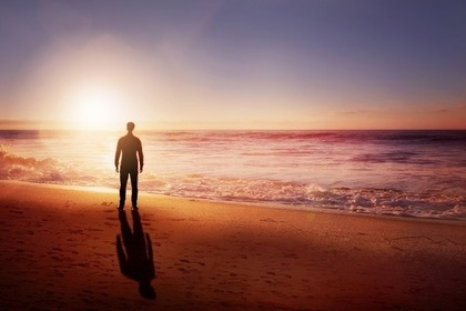 海岸に佇む男性
