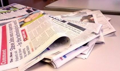 たくさんの並べられた新聞