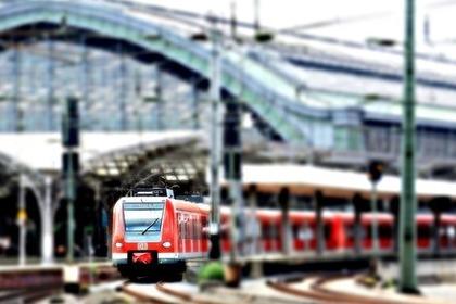 路線を走っている赤い電車