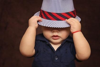 帽子を被る赤ちゃん