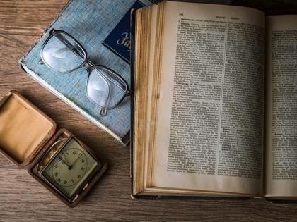 本と眼鏡、時計