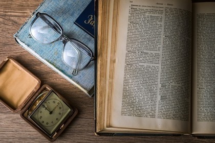 古い本と時計