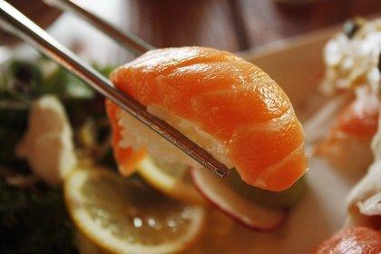 寿司を摘む