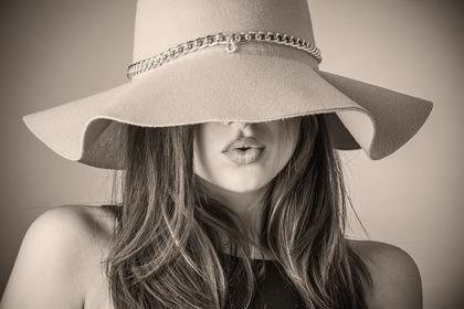 帽子を目深にかぶった美女