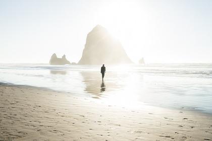 海岸に佇む人