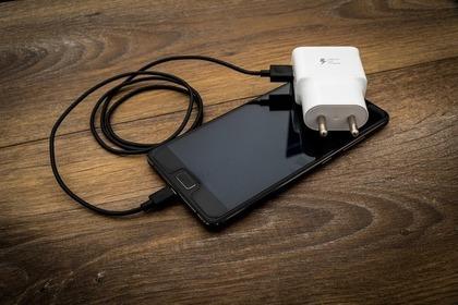 変換プラグにACアダプターを挿しているiPhone