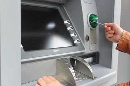 ATMを操作している人