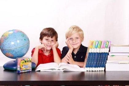 勉強する男の子二人