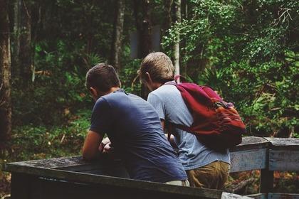 男の子二人の後ろ姿