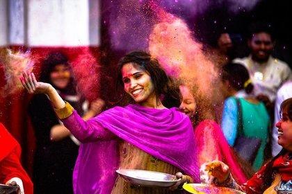 大きな器を持っている綺麗なインド人女性