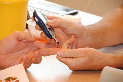 血液検査をする人