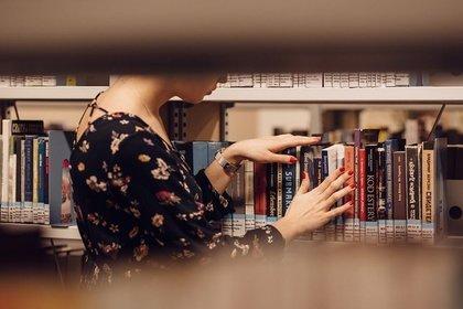 女性と図書館