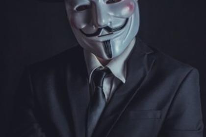 仮面をつけた男性