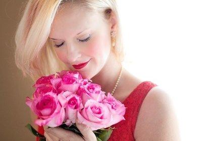 花束を抱えた美女