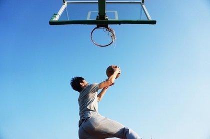 バスケットのシュートを打とうとする男性