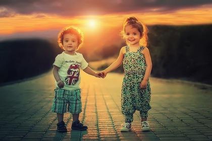 手を繋ぐ子供