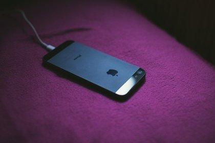 iPhoneに差している充電ケーブル