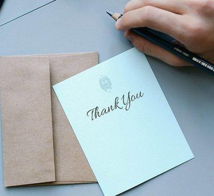 Thank youと書かれたポストカードと封筒