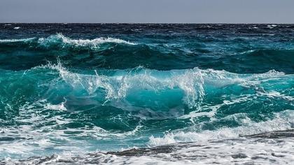 深い青色の海
