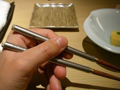 箸を持った手