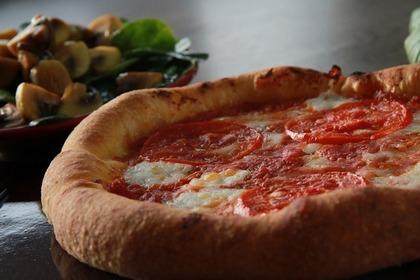 生地の厚いピザ