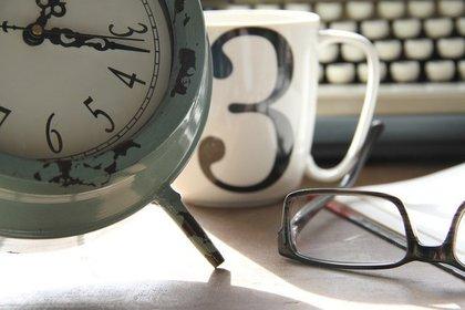 時計とキーボードとマグカップ