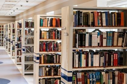 たくさんの本が並んだ図書館