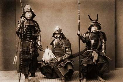 甲冑を着た武士たち