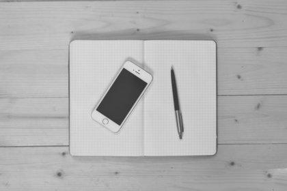 携帯とノートとペン