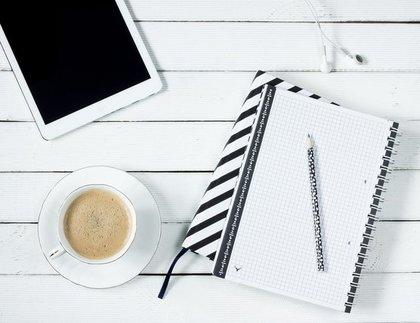 メモとコーヒーとタブレット