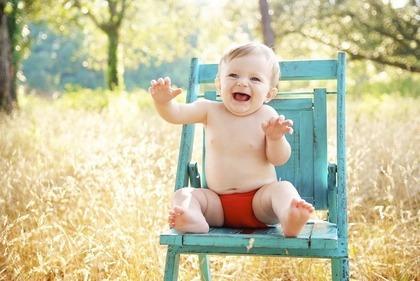 椅子に座る赤ちゃん