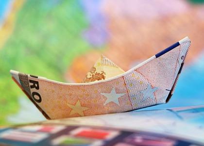 地図と紙で折った船