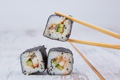 巻き寿司を掴むお箸