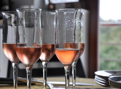 シャンパンが入ったグラス