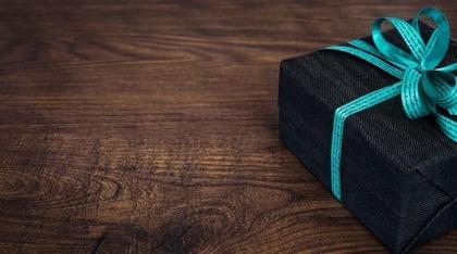 青いリボンで縛られているプレゼント