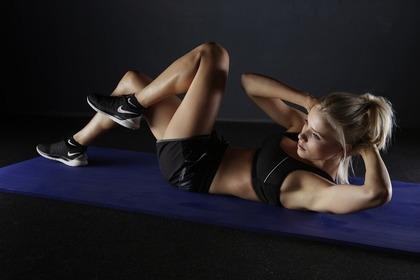 ハードなトレーニングをする女性