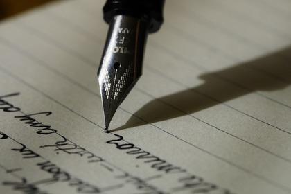 ペンで文字を書いている様子