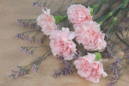 ピンクのカーネーションを使った花束