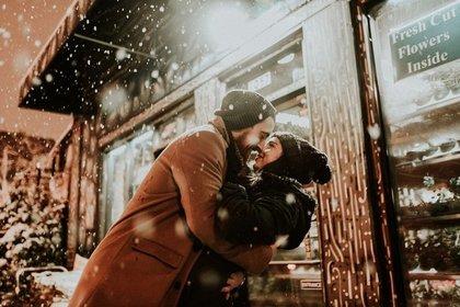 ニット帽をかぶった抱きしめ合うカップル