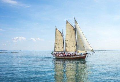 帆を張って海を進む船