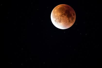 暗闇の中にボンヤリ光る満月