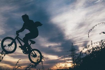 BMXでジャンプする男性