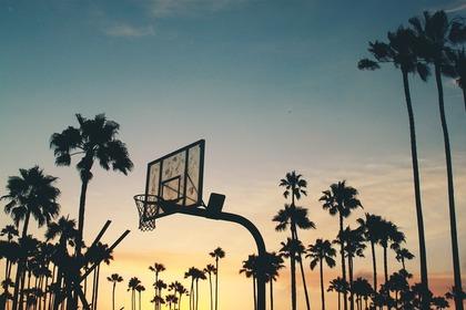 夕日に照らされたバスケットゴール