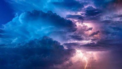 光が差し込む雲
